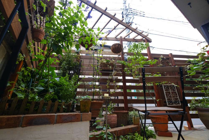 スペースに合わせて3角型に作ったパーゴラ。加工の自由度が高い天然木だからことできる施工です。