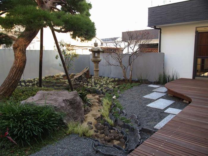 和風庭園部分。灯篭や瓦は旧宅のものを再利用しています。
