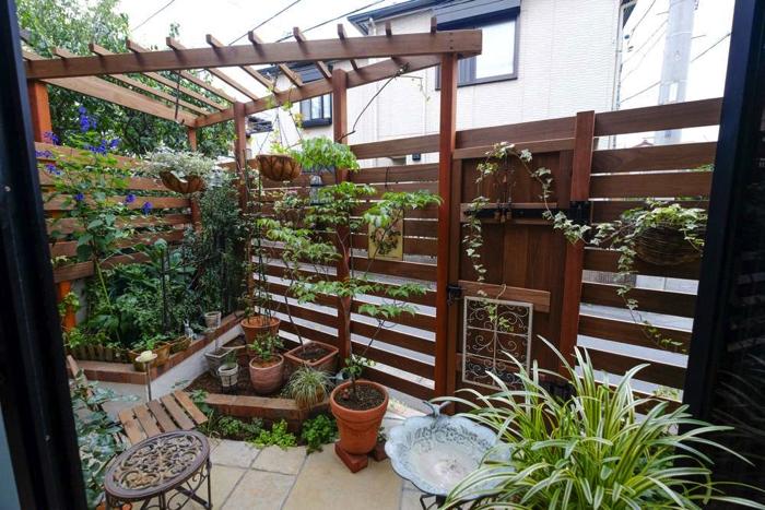 床面積は少ないですがフェンスやパーゴラのおかげで、立体的に植物が飾られ、緑豊かなお庭になっています。
