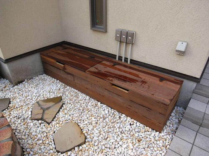 ウリン材で作ったベンチ。