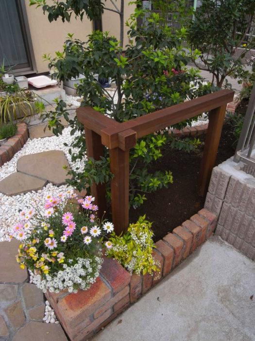 自転車の転倒から花壇を守るガード(柵)も手作り。