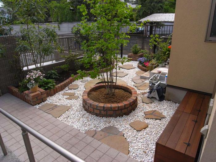 園路は花壇の管理だけでなく、掃き出し窓や奥の駐輪場への導線となっています。