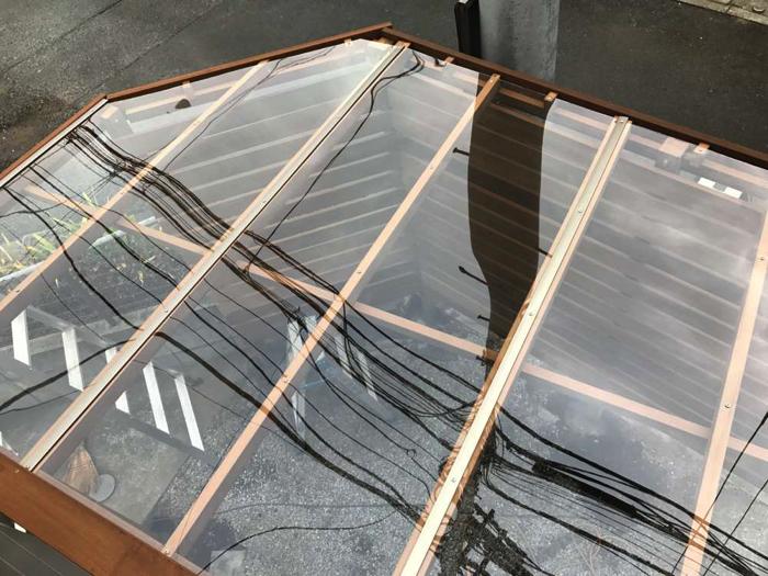屋根材はポリカーボネート材を使用。桁を増やすことで、強度も確保しております。
