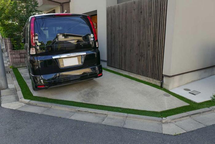 植栽管理が大変とのことだったのですが、無機質な駐車場目地だったため、人工芝目地に変更いたしました。