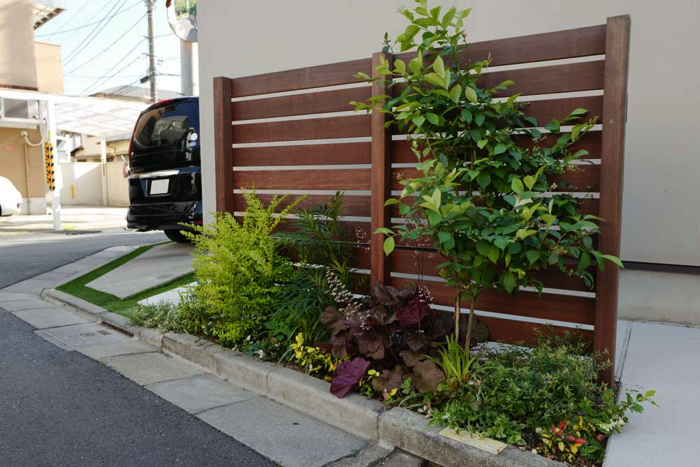 一緒に作ったウッドフェンスと、僅かではありますが、植栽スペースです。