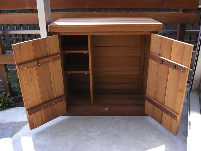 扉を開くと左側は棚板状に、右側に大きめのものが収納できます。
