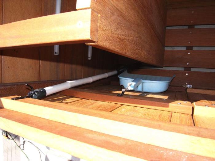 収納棚の奥行を縮めたことでできる隙間によって扉に掛けたものが、ぶつからないようになっています。