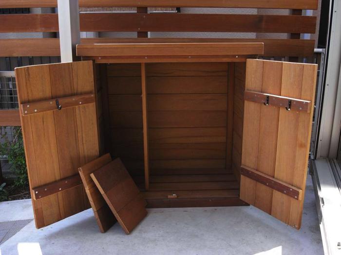 左の棚板は取外しが可能です。扉につけたフックには手ぼうきやチリトリ、手シャベルなどが掛けられます。