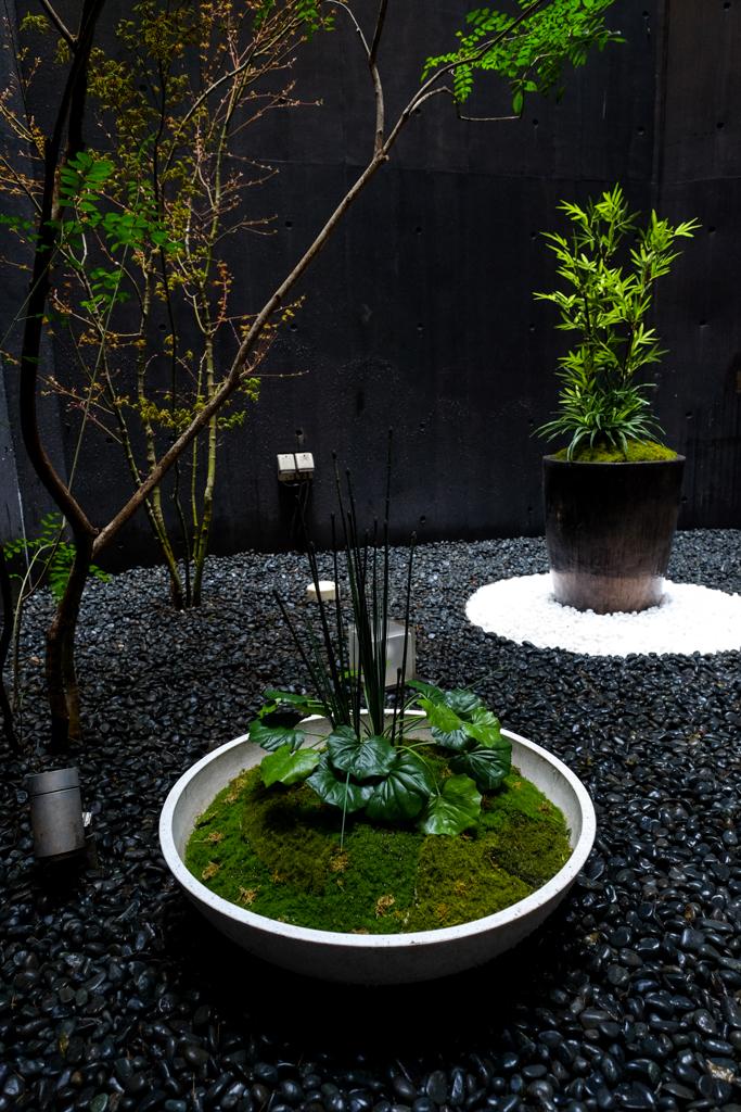 2つのプランターは人工植物と人工苔で寄せ植えに