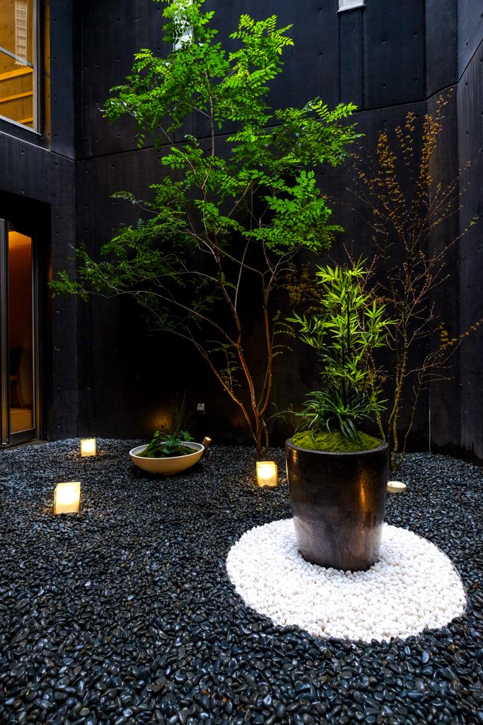 黒い陶器鉢部分は白玉石で模様を