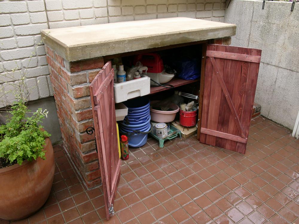 扉はウッド仕様で、中には棚板を設置