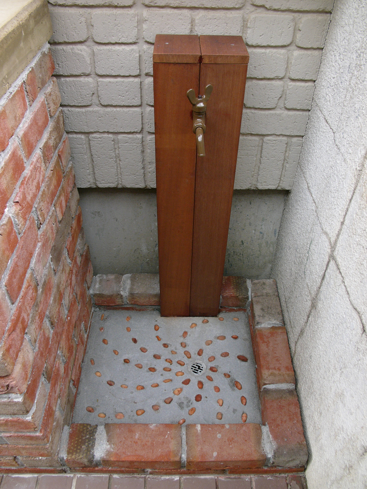立水栓はウリン材で、パンは物置と同じレンガで一体型に