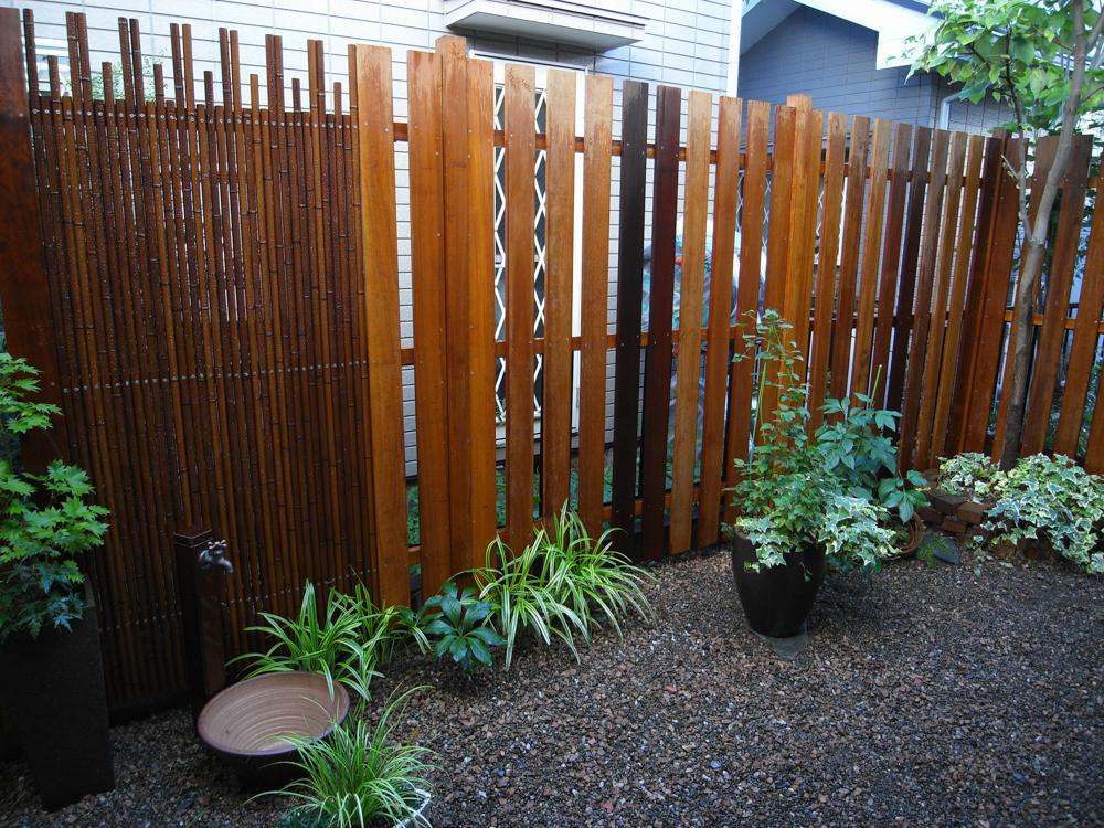 ウリン材と人工竹のフェンス