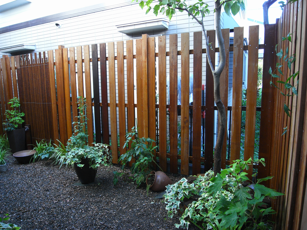 昔の板塀のようなフェンス